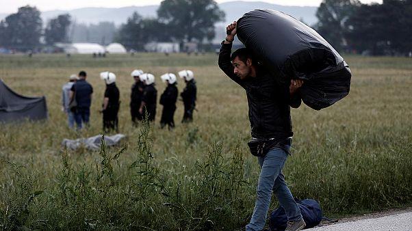 اليونان تشرع في إخلاء مخيَّم إيدوميني للاجئين والمهاجرين على الحدود مع مقدونيا
