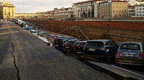 Erdloch in Florenz: Autos sacken am Ponte Vecchio in Asphalt-Krater