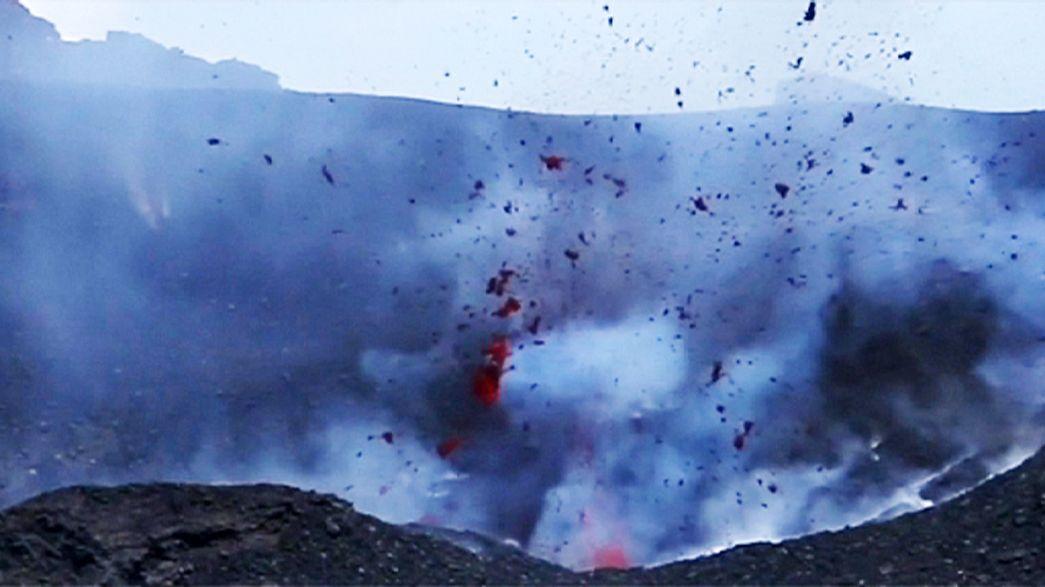 Италия: извергающийся вулкан Этна привлекает туристов