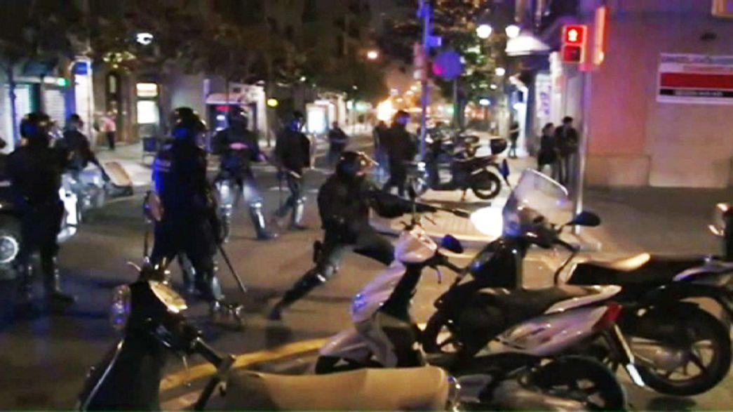 Barcelona'da sol görüşlü grup ile polis çatıştı