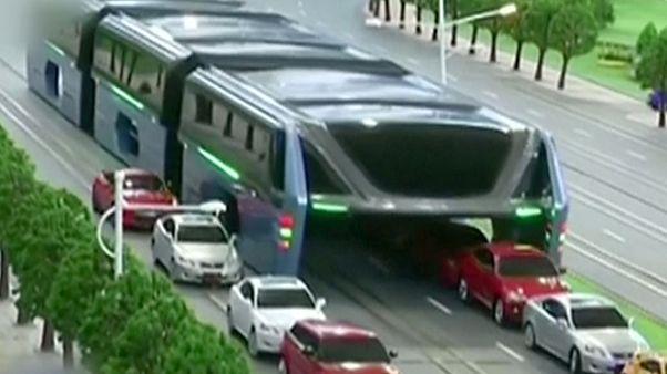 Átsuhan a dugók felett a kínai metróbusz