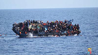 Italian coastguards rescue 4,000 migrants after their boat capsized
