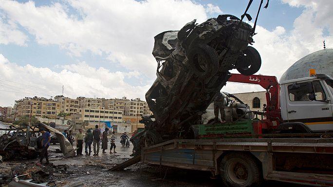 قتل وجرح أكثر من خمسين شخصا في انفجار سيارة مفخخة قرب مسجد شعيب بمدينة إدلب شمالي غرب سوريا. الانفجار خلف خسائر مادية معتبرة.