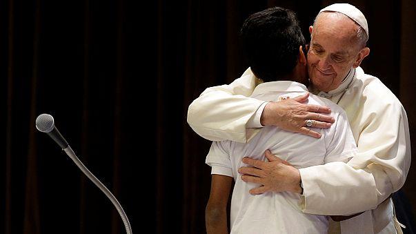 Menekült gyerekeket fogadott a Vatikánban Ferenc pápa