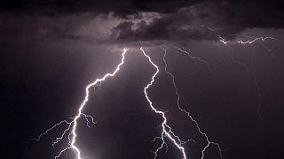 Tempestades: Um morto e 3 feridos por raio na polónia,