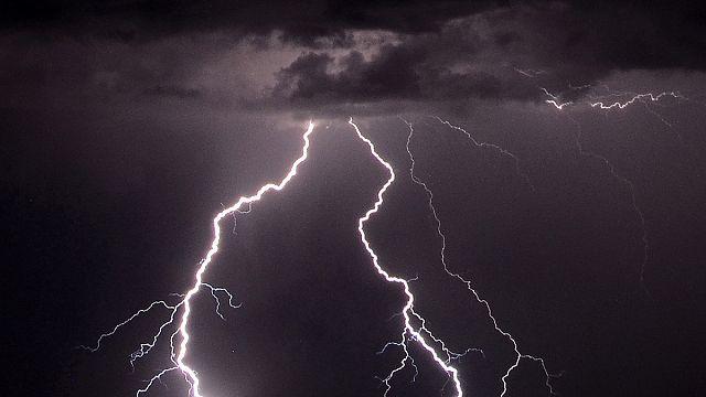 قتلى وجرحى في عدة بلدان أوروبية بسبب عواصف مطرية وصواعق