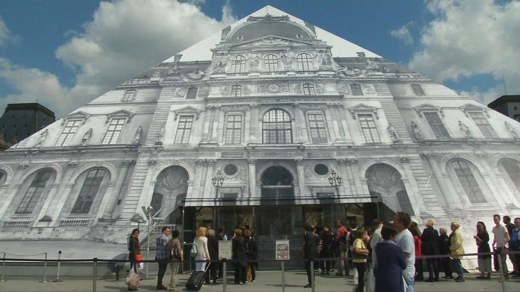 Artista francês oculta pirâmide do museu do Louvre