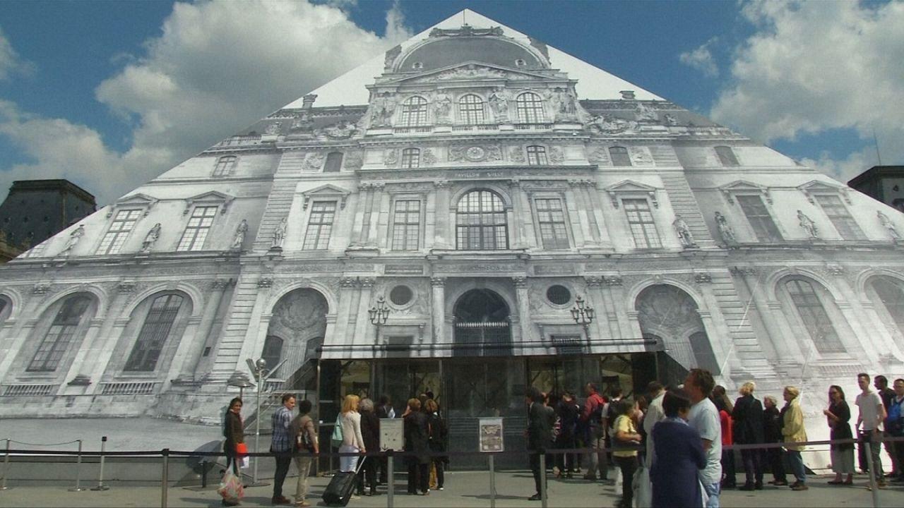 Ilusión caleidoscópica en la pirámide del Louvre