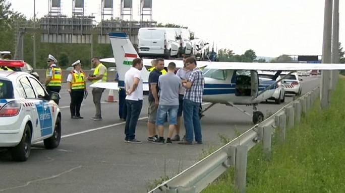 Венгрия: самолет приземлился прямо на дороге