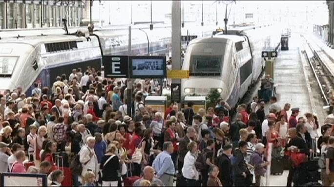 Francia, contro la riforma del lavoro al via scioperi di treni ed aerei