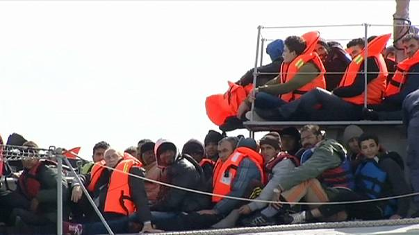 Grupo de migrantes resgatados no mar entre a Grécia e Itália