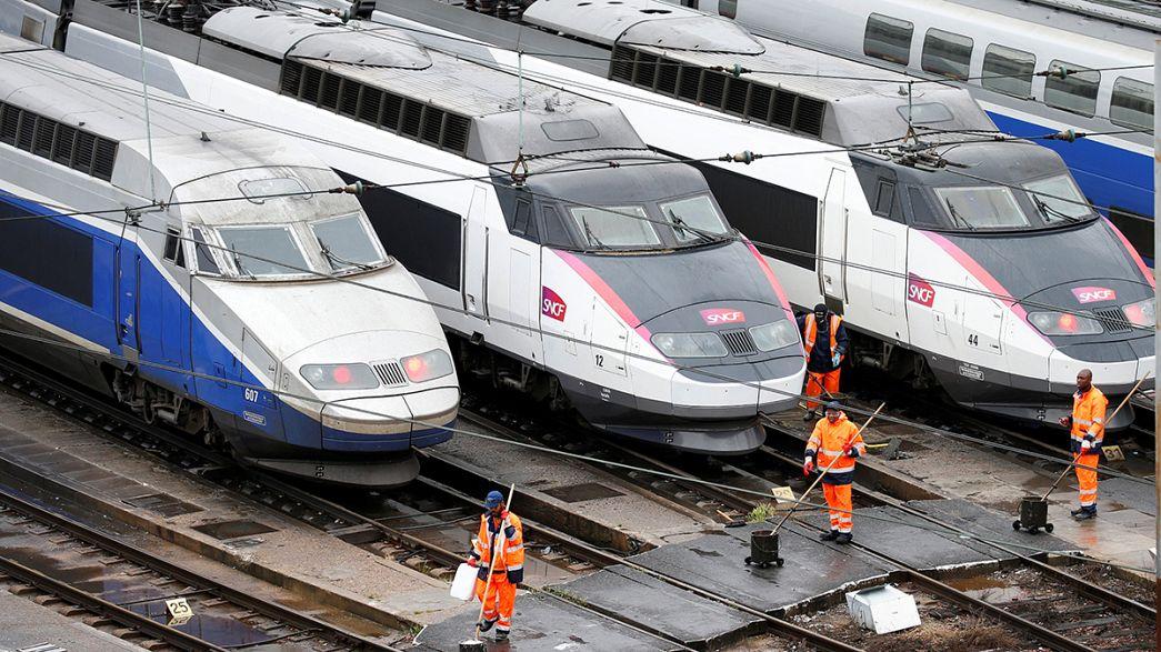 Франция: половина поездов остаются в депо