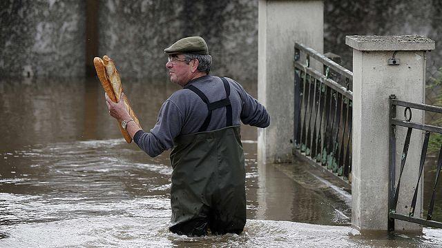 Avrupa'da sağanak yağmur hayatı felç etti
