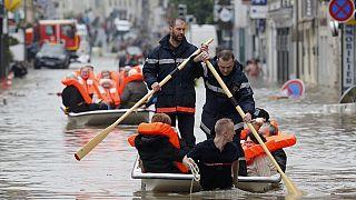 Франция: в затопленном районе спасатели нашли тело пожилой женщины