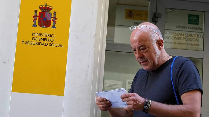 El paro baja en España por primera vez en seis años de los cuatro millones de personas