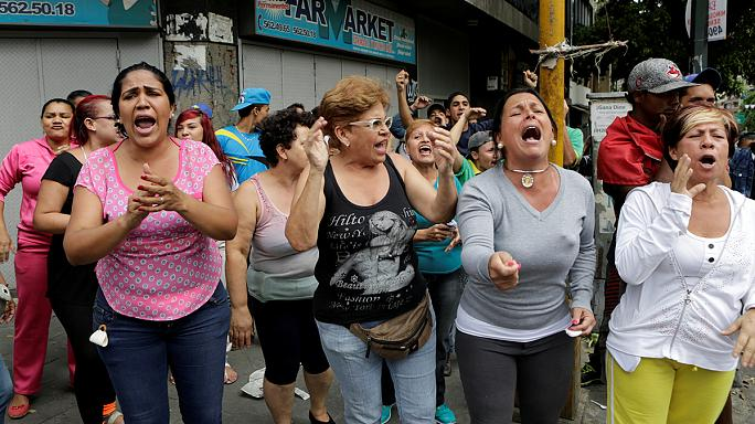 Venezuelanos protestam na rua por falta de comida