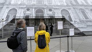 Паризькі парасольки: провідні музеї та бібліотека призупинили роботу через повінь