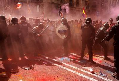 Catalan \'Mossos D\'Esquadra\' officers clash with separatist protesters in Barcelona.