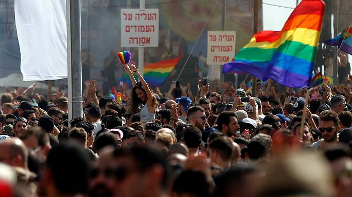 Tel Aviv'deki onur yürüyüşüne 200 bin eşcinsel katıldı