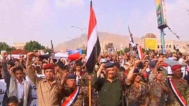 Miles de hutíes protestan en Saná contra los bombardeos de la coalición liderada por Arabia Saudí