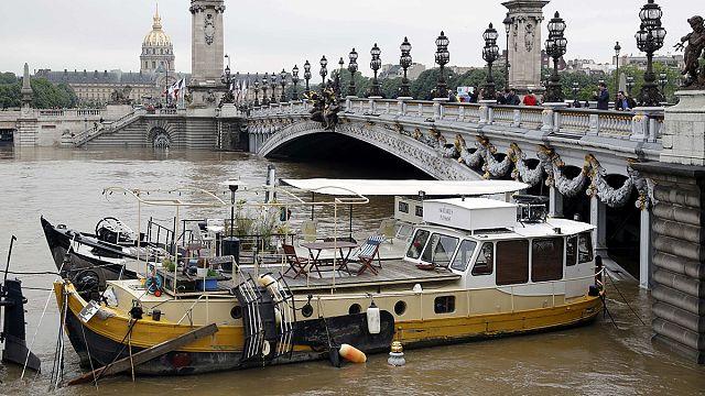 باريس :انخفاض منسوب المياه في نهر السين لأول مرة منذ بداية الفيضانات
