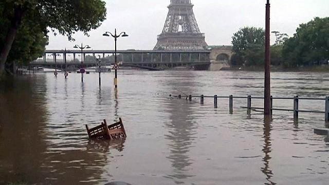 منسوب المياه في نهر السين في العاصمة الفرنسية باريس يتراجع تدريجيا