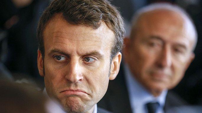 """المتظاهرون الفرنسيون يرشقون وزير الاقتصاد الفرنسي بال""""بيض"""""""