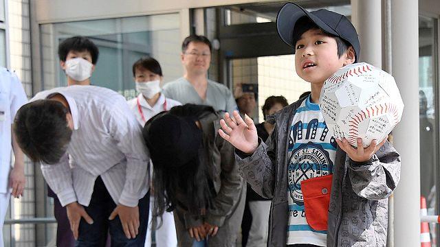 الطفل الياباني التائه في الغابة يغادر المستشفى