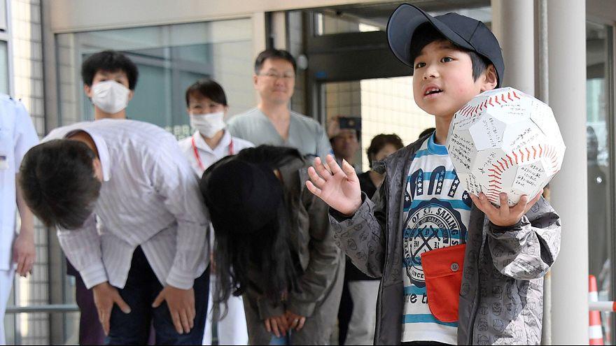 El niño japonés abandonado en un bosque sale del hospital, aclamado como un héroe