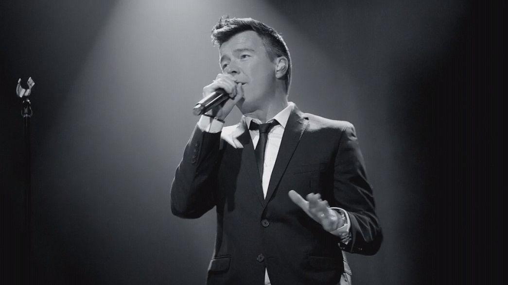 """Rick Astley vuelve con el sencillo """"Keep singing"""""""