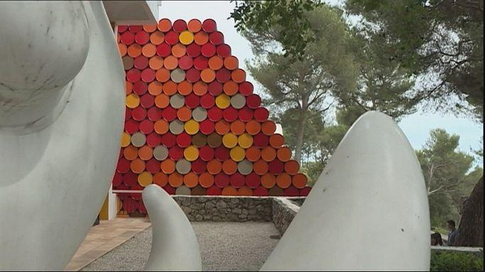 Olajos hordókból álló posztmodern piramis