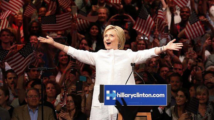 كلينتون تحتفل بفوزها في الانتخابات وساندرز يعلن عدم إنسحابه