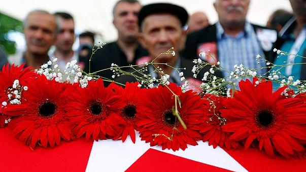 Tensión en el funeral de dos de los policías turcos muertos en el atentado de Estambul
