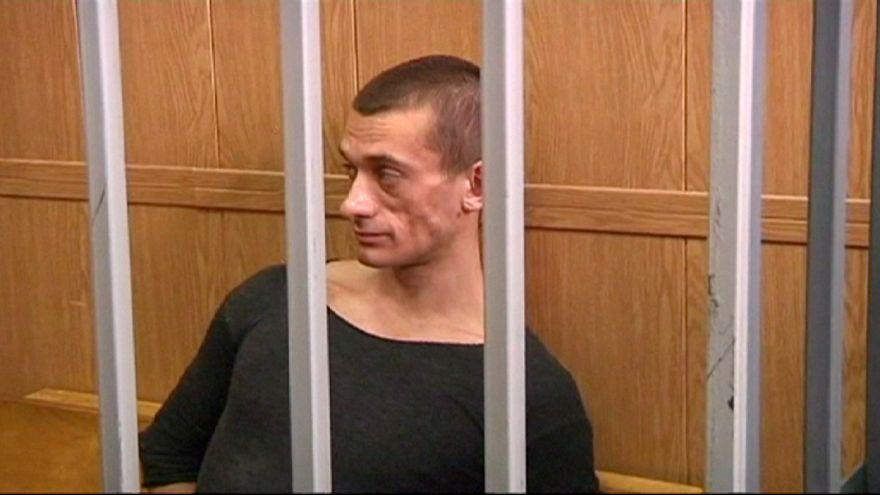 Sale en libertad el artista ruso que quemó las puertas del antiguo KGB
