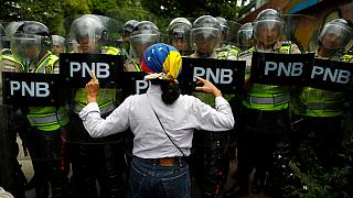 آلاف المحتجين في كاراكاس يطالبون باستفتاء لتنحية الرئيس مادورو