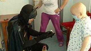 Albania: poliziotti eroi fanno visita ai bambini in ospedale