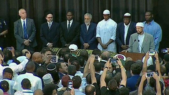 مُحِبُّو محمد علي كلايْ يلقون على جثمانه نظرة أخيرة في لويفيل