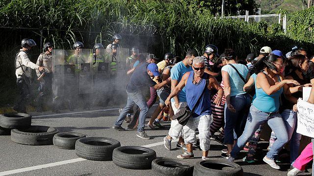 Венесуэла: сторонники Мадуро вступили в стычки с оппозиционерами