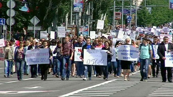 Habitantes de Donetsk protestam contra missão armada da OSCE