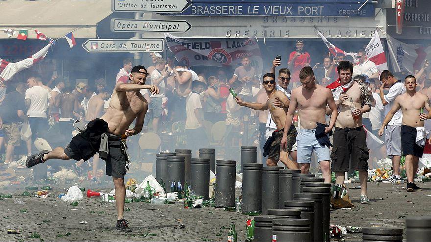 La violencia entre hinchas se desenfrena en Marsella antes del partido entre Inglaterra y Rusia