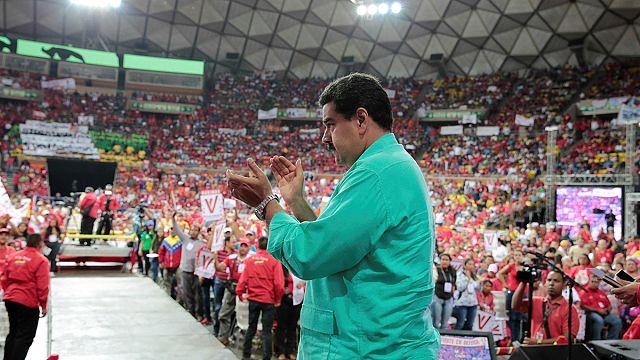 نيكولاس مادورو يحبط محاولات المعارضة لعزله بتأجيل الاستفتاء للعام المقبل