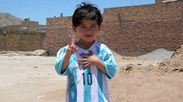 Poşetten Messi forması giyen Afgan çocuğun ailesi endişeli