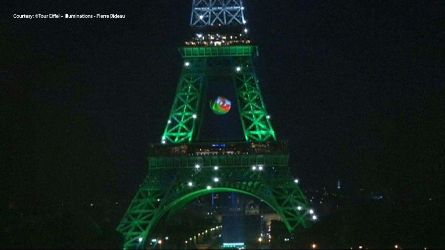 Tour Eiffel con i colori del Galles
