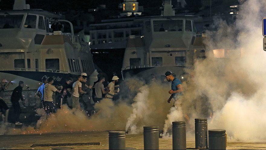 الشرطة الفرنسية تفرق المشاغبين في يورو 2016