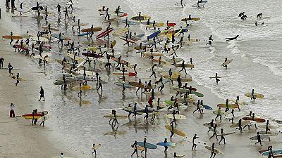 Afrique du Sud: les jeunes de Durban se passionnent pour le surf