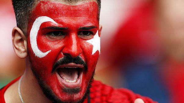 ابراز محبت طرفداران تیمهای کرواسی و ترکیه در اوج خشونتهای فوتبال