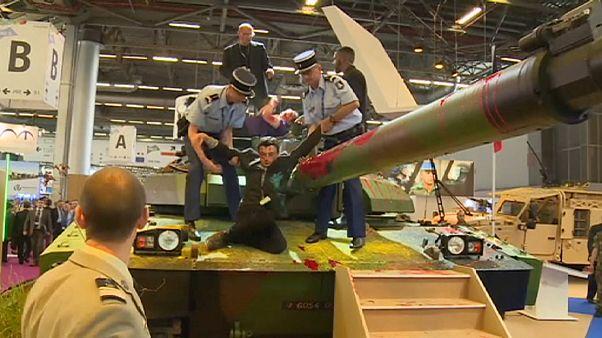 Пацифисты облили краской танк на выставке в Париже
