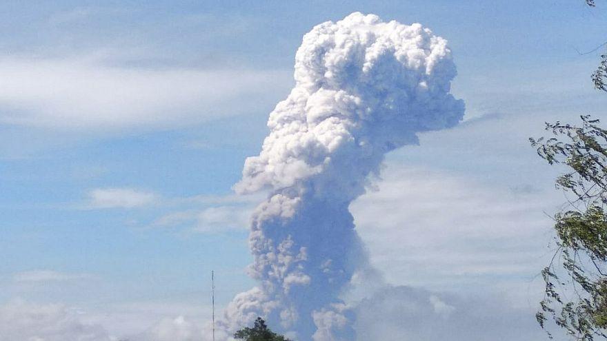 Mount Soputan spews hot ash