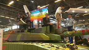 Friedensbewegung demonstriert auf Rüstungsmesse