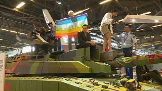 Activista por lapaz interrumpen un espectáculo militar